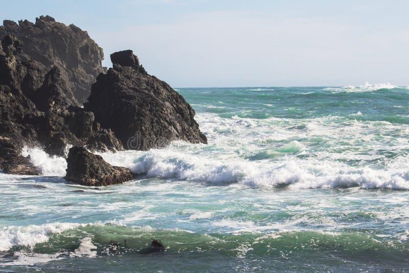 撞入岩石露出的波浪 免版税库存图片