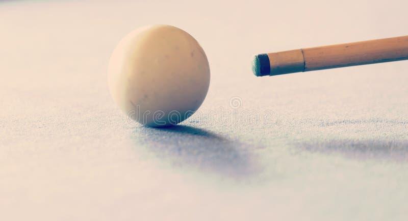 撞球台白色球撞球杆 库存图片