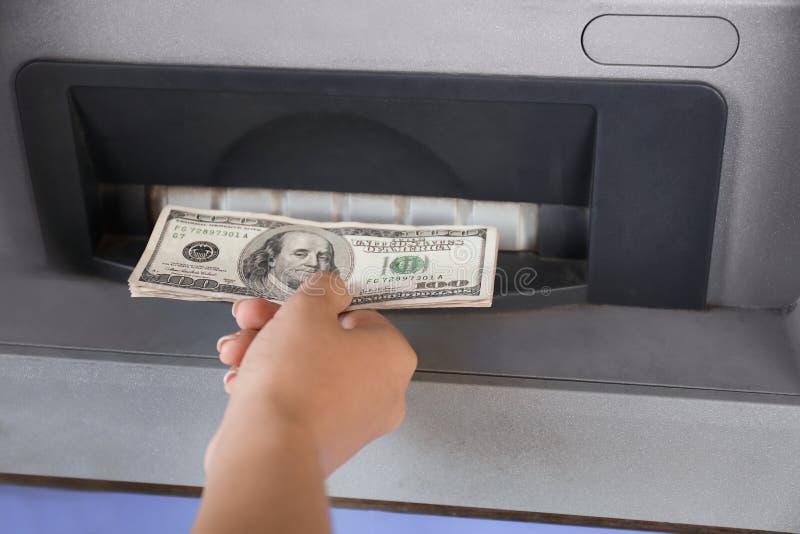 撤出从ATM,特写镜头的妇女金钱 库存照片