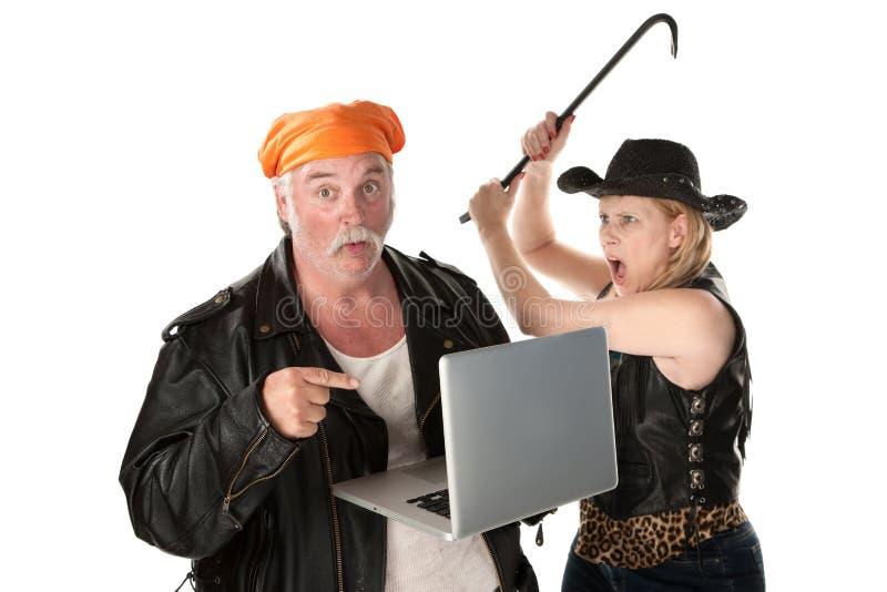 撬杠人威胁的妇女 免版税库存图片