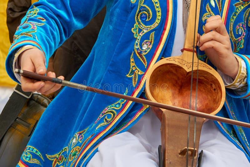 播放一乐器kobyz 免版税库存照片