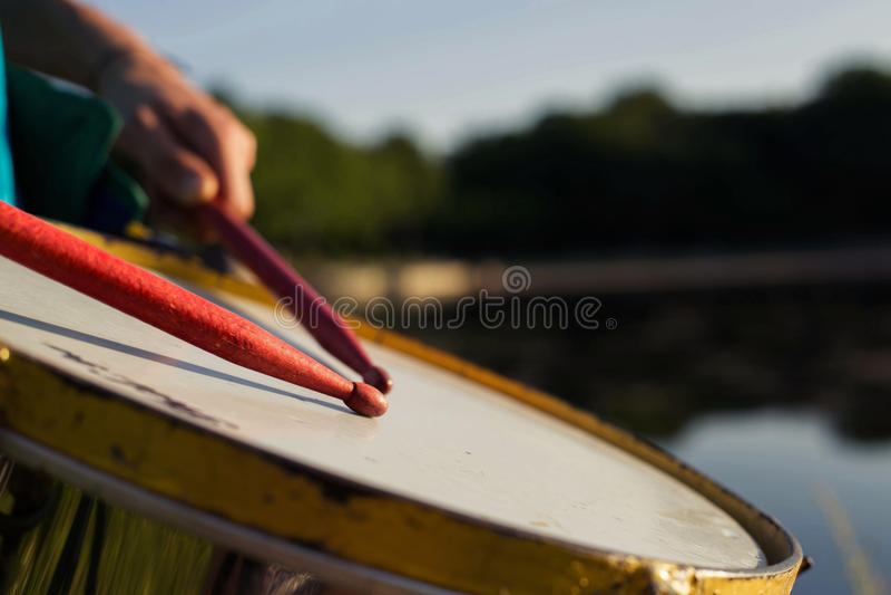 播放一乐器repinique 免版税库存图片