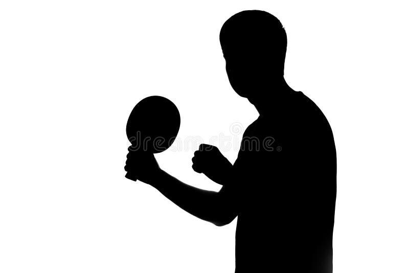 播放乒乓球球拍的运动员的剪影 免版税库存照片