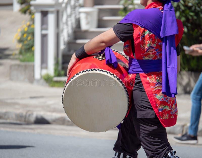 播放日本wadaiko撞击声鼓的和服的人 免版税库存图片
