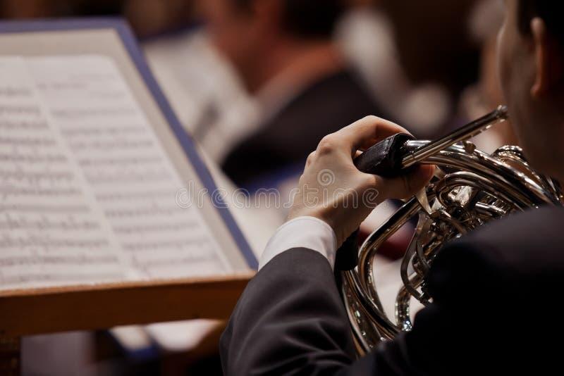 播放法国号的音乐家 免版税库存照片