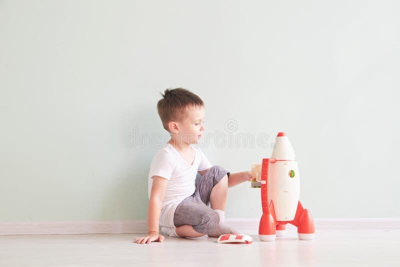 播放火箭玩具、孩子显示有愉快的面孔的火箭玩具,孩子或者小孩的活跃小男孩学会和 图库摄影