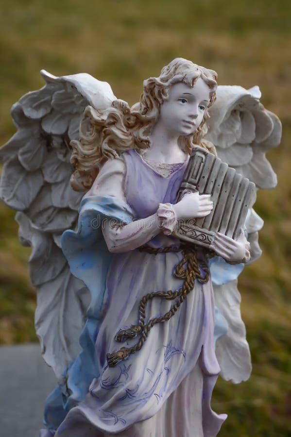播放竖琴外部的天使雕象 库存照片