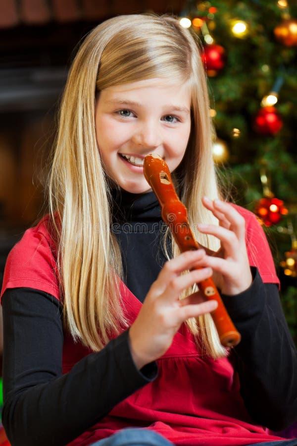 播放记录员的圣诞前夕女孩 库存照片