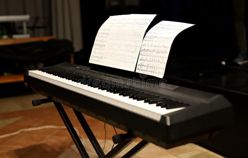 播放钢琴、特写镜头在手上和键盘 免版税库存照片