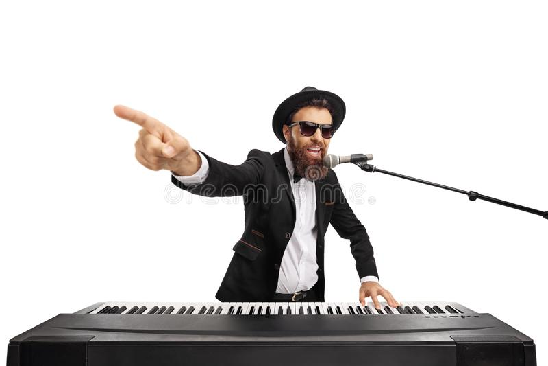 播放键盘和唱歌在话筒的人 免版税库存照片