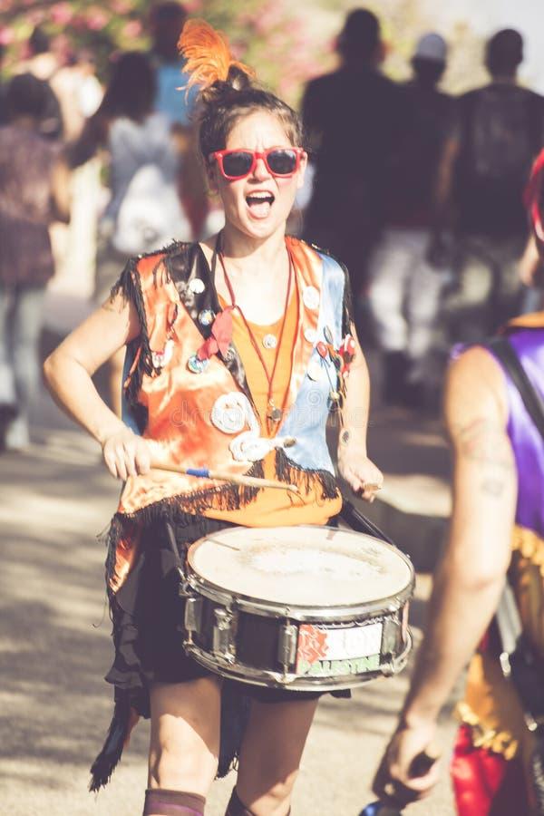 播放鼓的愉快的女孩 免版税图库摄影