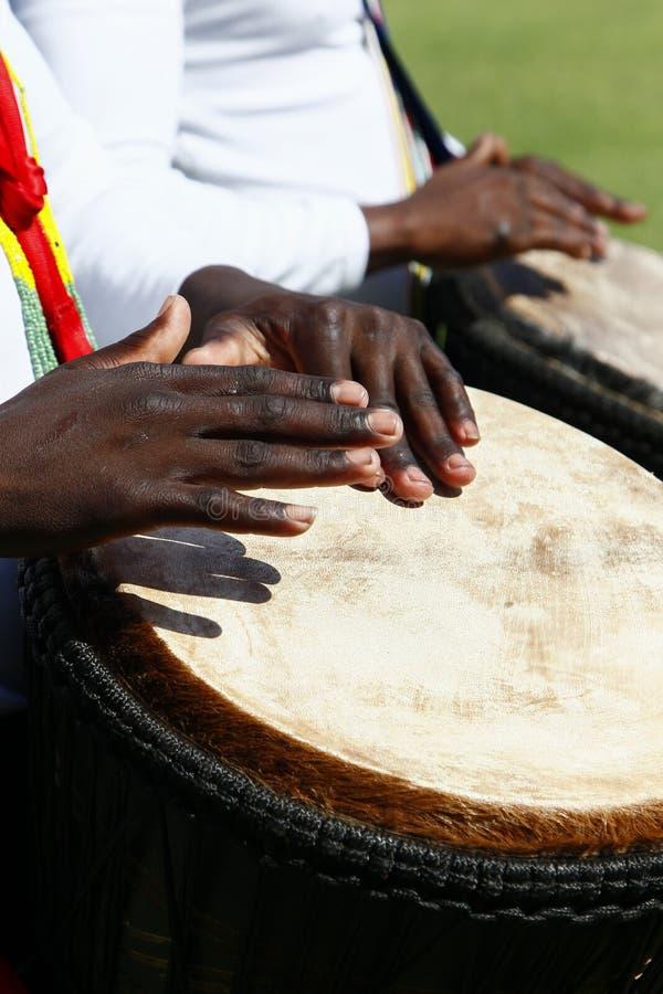 播放djenbe的非洲鼓手 免版税库存图片
