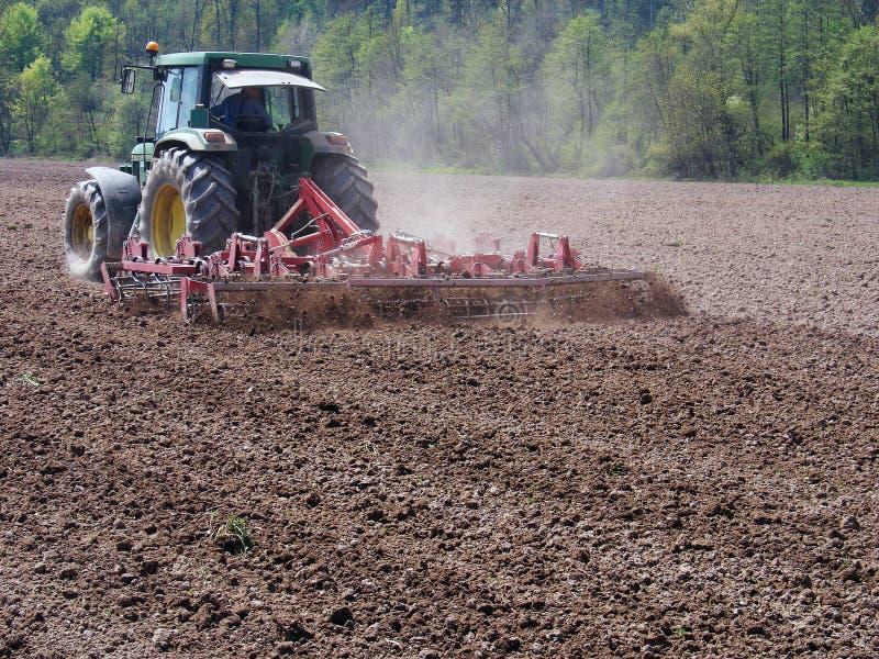 播种与拖拉机的土壤准备 免版税库存图片