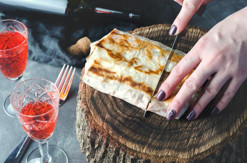 播种的手削减了在木大麻的lavash 在视图之上 库存照片