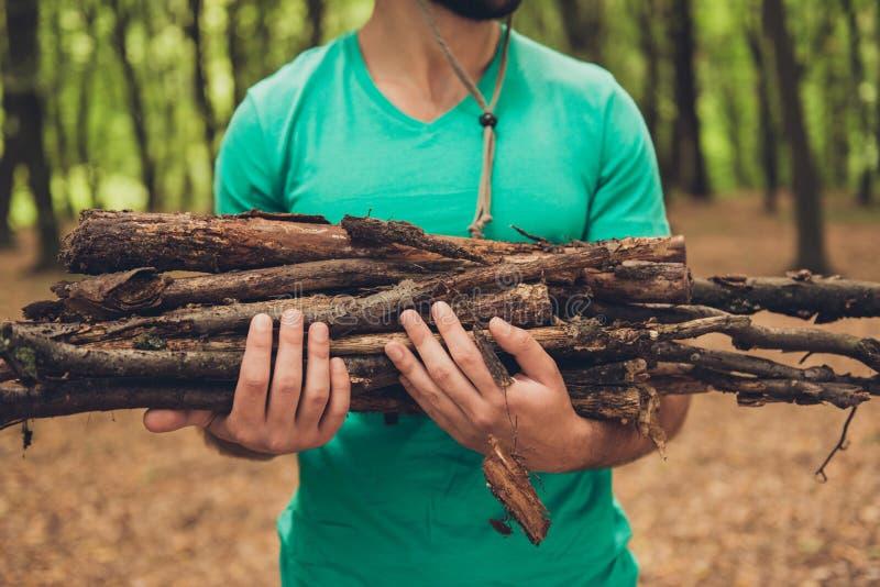 播种紧密一个有胡子的男性游人的照片在远足期间, 图库摄影