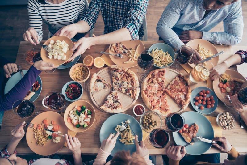 播种紧密在大角度看法照片欢乐的公司美味的社会人群事件生日成员饮料上的上面坐 免版税图库摄影