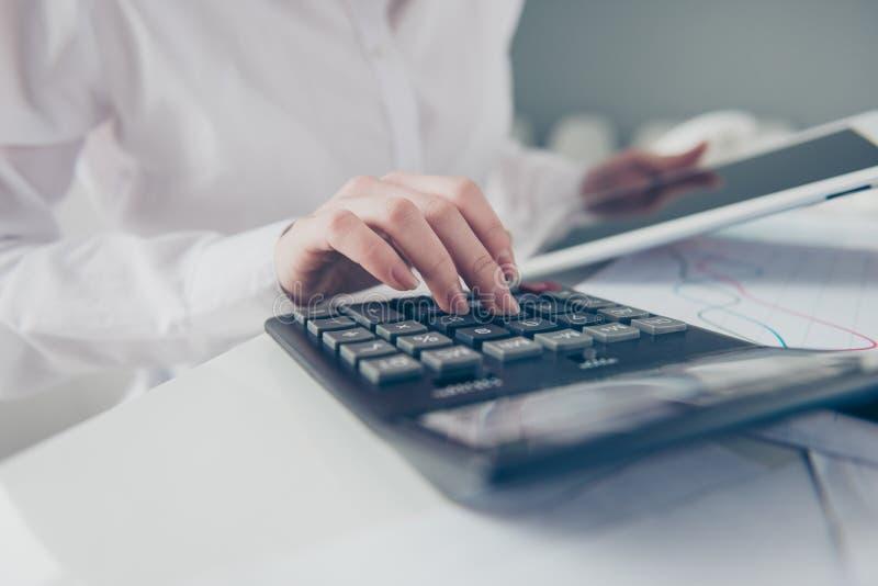 播种紧密美丽的照片她她的企业夫人计数自由职业者的薪金计算的收入投资举行手表 免版税库存图片