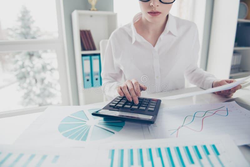 播种紧密美丽的照片她她的企业夫人计数自由职业者的薪金计算的收入投资举行手表 库存照片