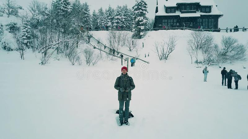 操作一条寄生虫的年轻人在度假,冬天从UAV照相机的风景视图 免版税库存照片