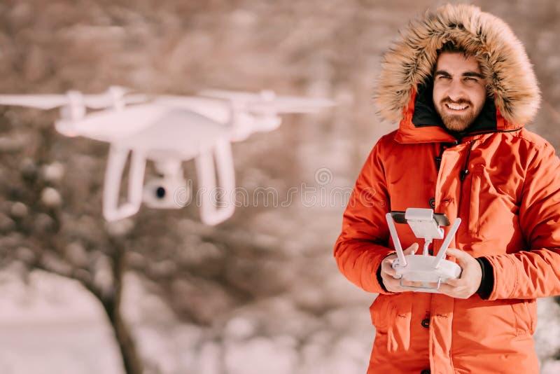 操作与遥控的人寄生虫在寒冷冬天冬时 免版税库存照片
