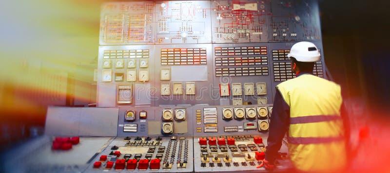 操作员在工作地点在控制室 免版税库存图片