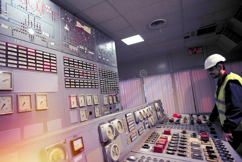 操作员握在老能源厂控制板的手  免版税库存图片
