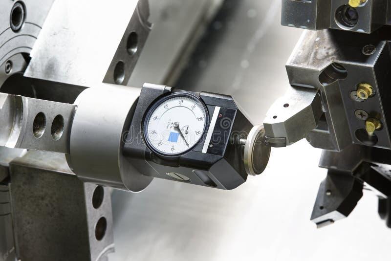 操作员设置工具和设置工具调零CNC turnin的位置 图库摄影