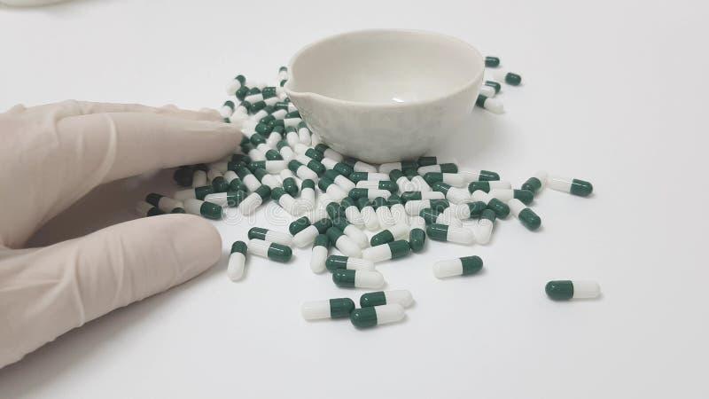 操作的绿色白色胶囊 库存照片