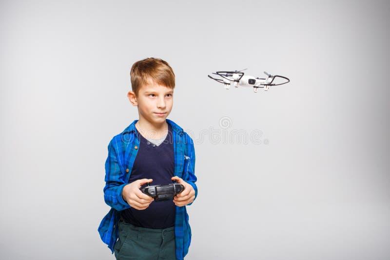 操作dron或quadcopter的逗人喜爱的男孩 免版税图库摄影