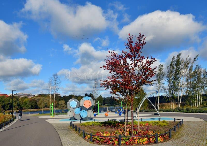 操场在公园在市中心在秋天 赫尔辛基,Suomi 库存图片