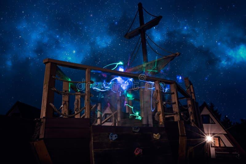 操场海盗船在晚上 免版税库存图片