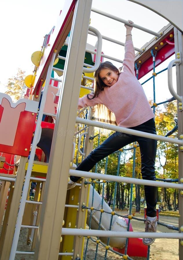 操场设备的愉快的微笑的cutu女孩孩子 图库摄影