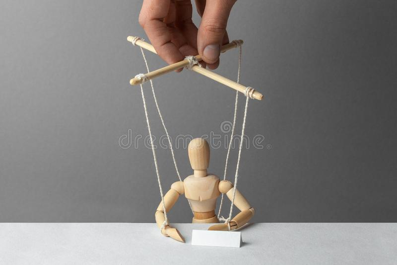 操纵傀儡的人操作玩偶 会议是不合理的 假人在会议或会议上 库存图片