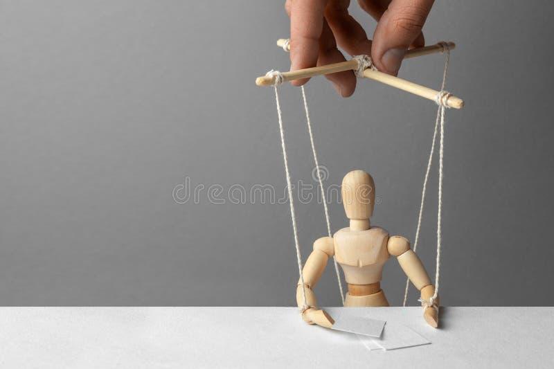 操纵傀儡的人操作玩偶 会议是不合理的 假人在会议或会议上 图库摄影