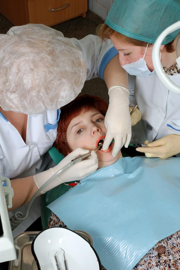 操练牙的医生 免版税库存照片