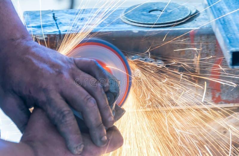 操练削尖与磨石磨蚀圆盘切削刀机器 免版税库存图片