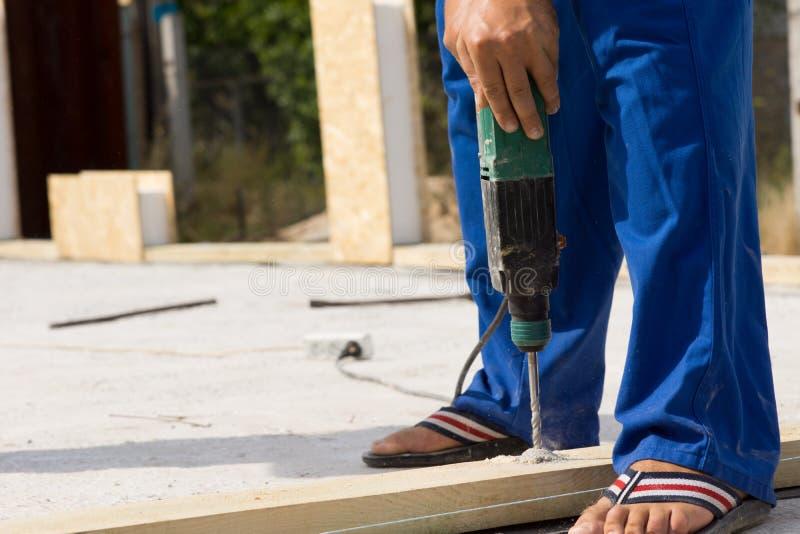 操练木头的建筑工人在站点 库存图片
