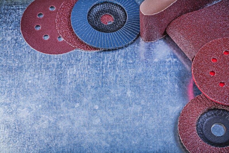 擦亮的纸砂轮磨蚀挡水板在金属转动 免版税图库摄影
