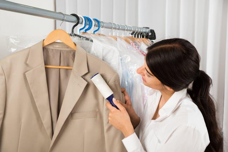 擦净剂在有黏着性路辗的洗衣店商店 免版税库存图片