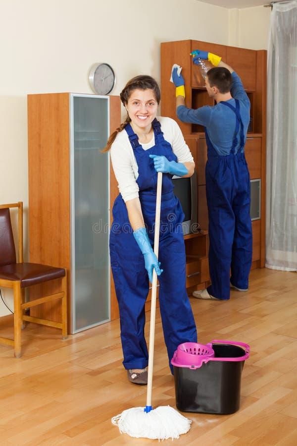 擦净剂队清洁在屋子里 免版税库存照片