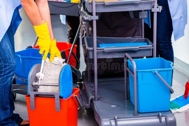擦地板的清洁女工 免版税库存照片