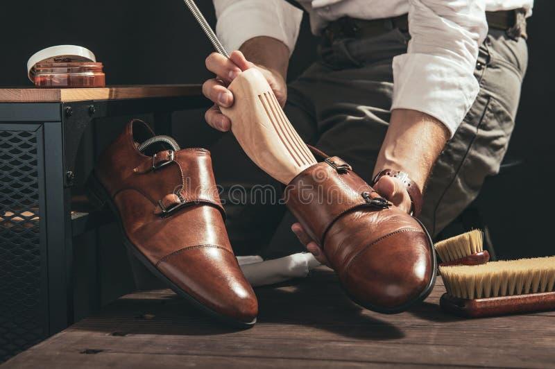 擦鞋童鞋子为清洗做准备 免版税库存图片