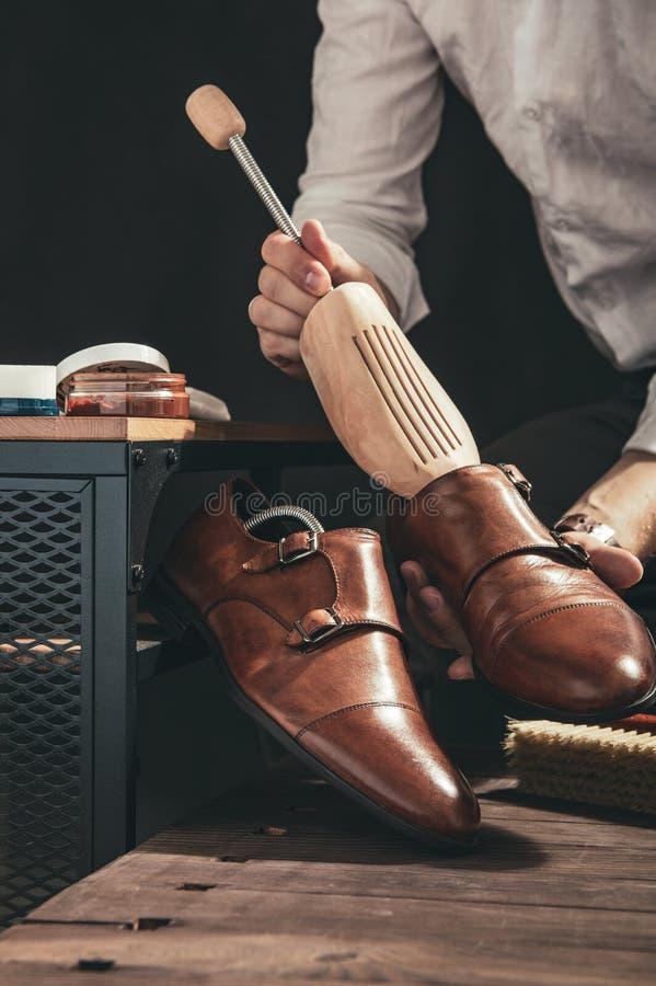 擦鞋童鞋子为清洗做准备 库存照片