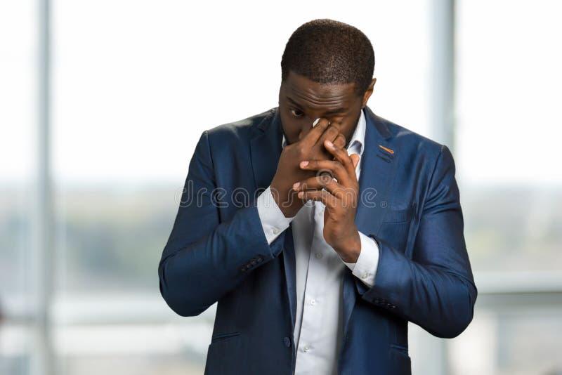擦他的泪花的哭泣的商人 图库摄影