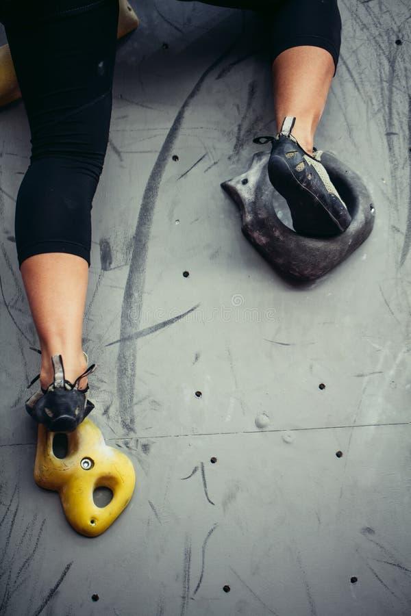 攀岩运动员女性脚底部接近的视图在人为上升的墙壁上的 库存照片