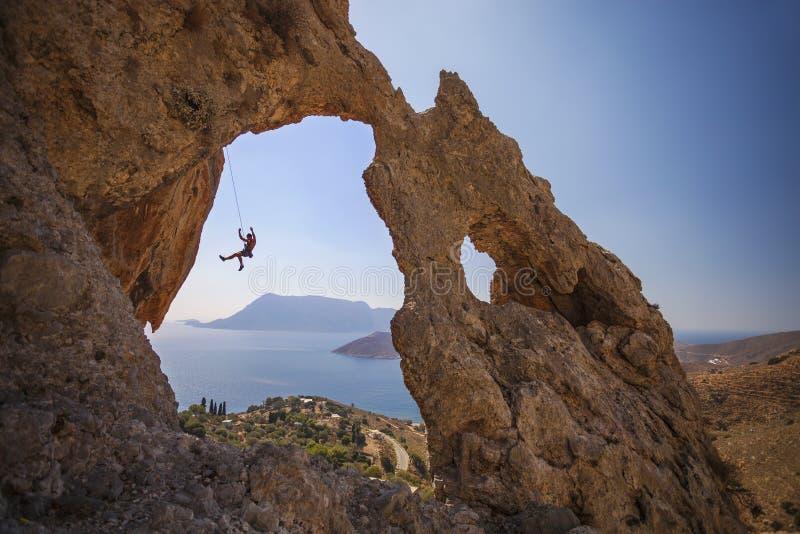 攀岩运动员落峭壁,当带领上升时 免版税图库摄影