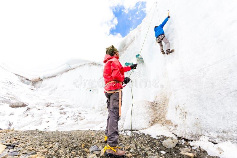 攀登冰冰川的两个登山家朋友围住山安地斯秘鲁 免版税图库摄影
