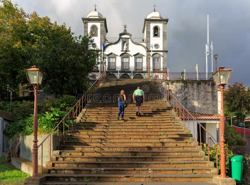 攀登台阶的资深游人对教会 免版税库存照片