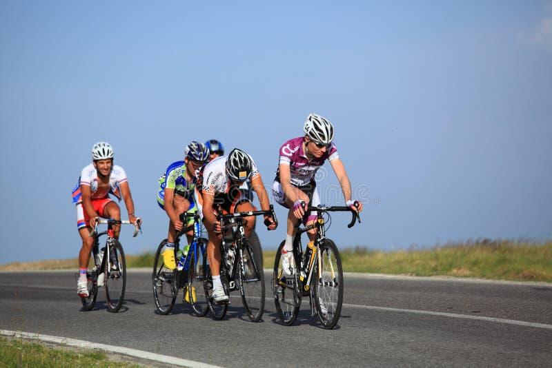 攀登Cindrel山的组骑自行车者 库存照片