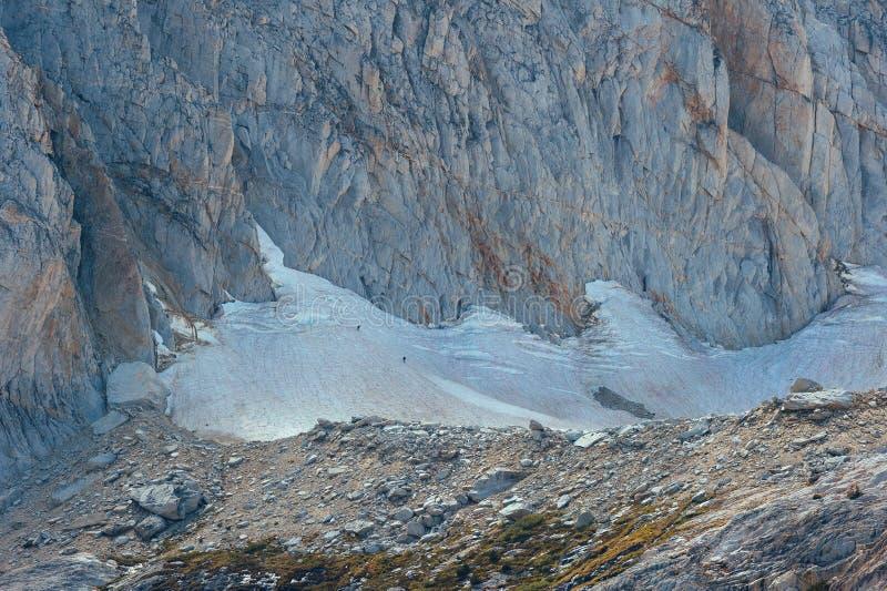 攀登Conness冰川的远足者在东部山脉 免版税图库摄影